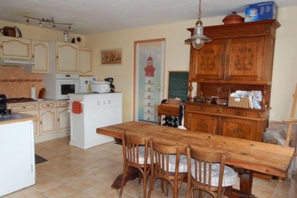 Grande pièce cuisine ouverte sur salon