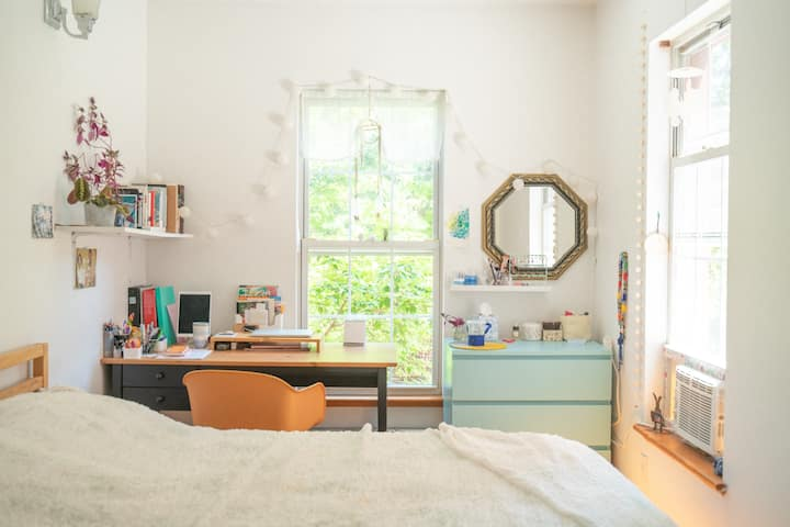Sunny Private bedroom in prime Greenpoint