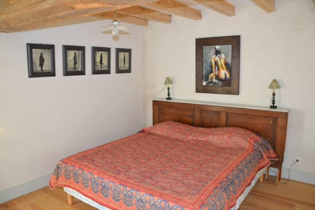 Chambre 2 (1er étage) avec salle de bain sur le palier.