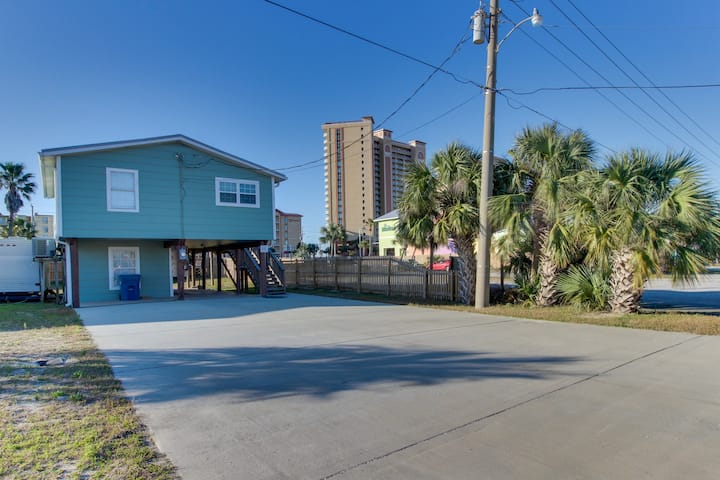 Quaint, dog-friendly house w/ a full kitchen - walking distance to the beach!