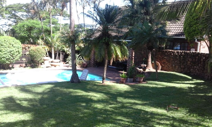 Smith Cottage has swimming pool, lovely braai area