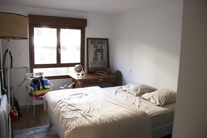 Chambre conviviale de 14m2 avec accès terrasse