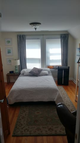 Quiet Bedroom in a 2BR apartment on Science Hill