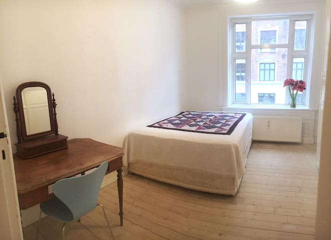 Spacious room with high quality bed close to UN