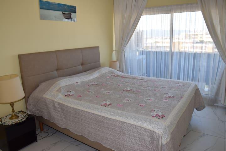 Chambre 1 avec un grand lit 200x 190 climatisée