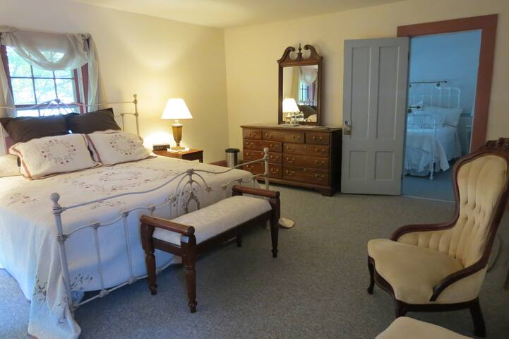 Timber Post B&B Pink Room (master) - Hollis - Bed & Breakfast