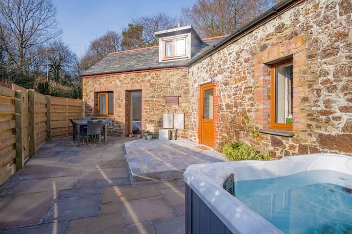 Luxury dog friendly cottage with fishing on site