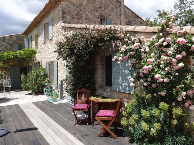 Coin secret entre Luberon et monts de Vaucluse - Murs - บ้าน