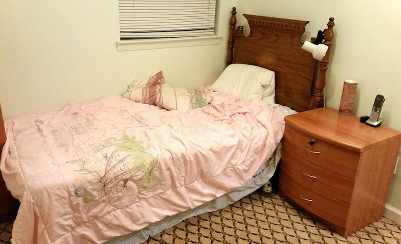 Room Available in Downtown Bayside  - Bayside