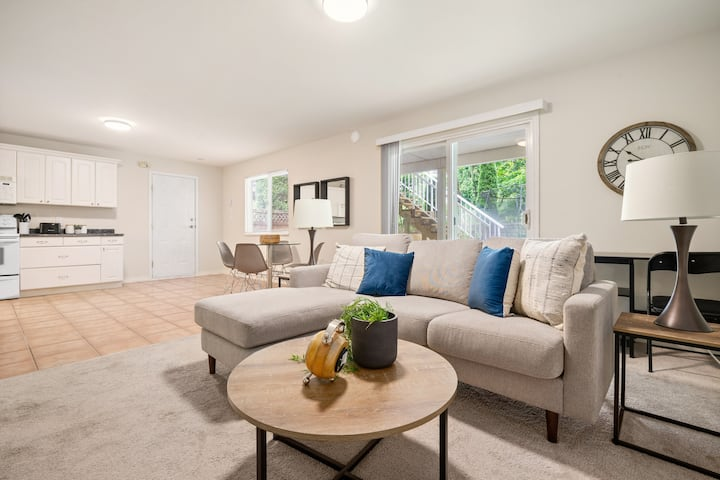 Stylish and Sparkling Spacious Ground Level Suite