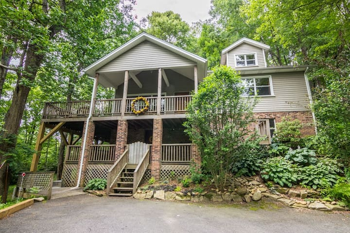 A Treetop Escape - Pet friendly home close to Boone, large deck!