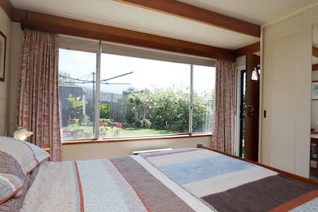 Bright Sandy Bay Garden Apartment. - Appartement