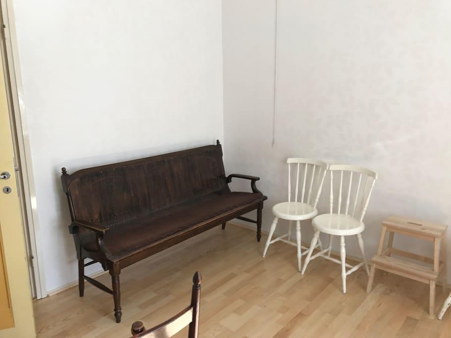 Olohuone, tähän saa 2 sänkyä ja lastensängyn tarvittaessa