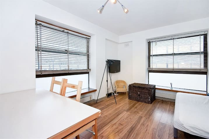 Two room flat, with hallway, kitchen and bathroom. - London - Flat
