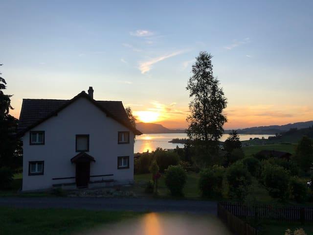 Schönes Haus mit Blick auf See