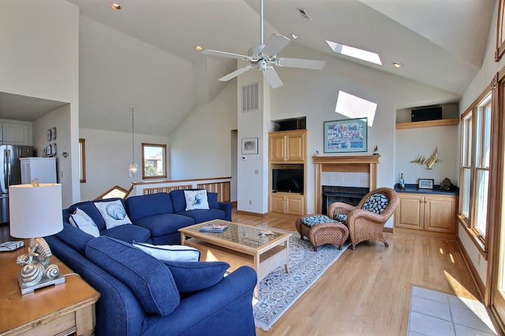 Oceanfront In Corolla w/Hot Tub & Outdoor Shared Pool