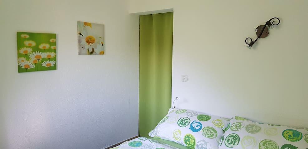 Chambre à coucher . Derrière le rideau se trouve un lit 1 place . Voir les photos suivantes.