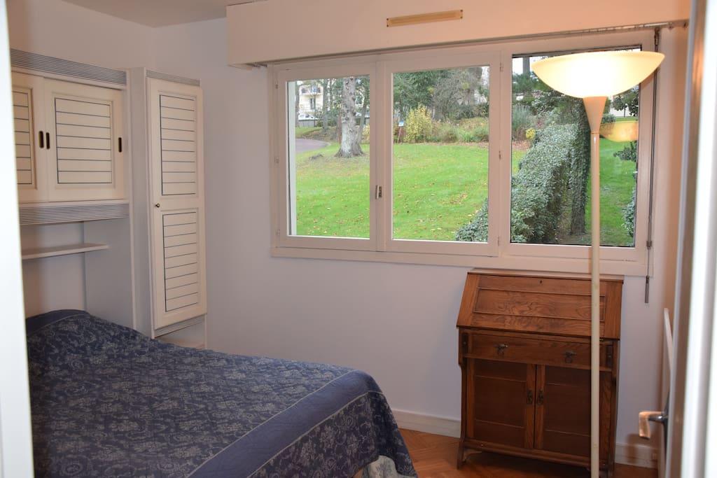 Coté jardin, Chambre parentale avec 1 lit double. Les draps sont fournis et les lits sont faits à votre arrivée.