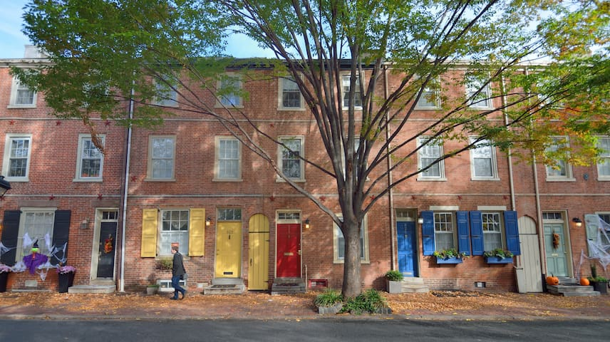 Quaint Historic Townhome near the Liberty Bell