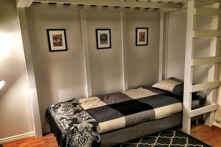 😃💁 Close to Metro with Two Separate Beds