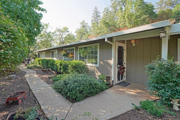 Reduced $$ stay Sept 3-8;1 mile to town&Apple Hill