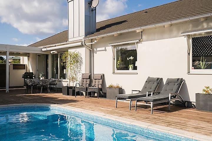 Stor poolvilla i Limhamn nära både bad och stad.