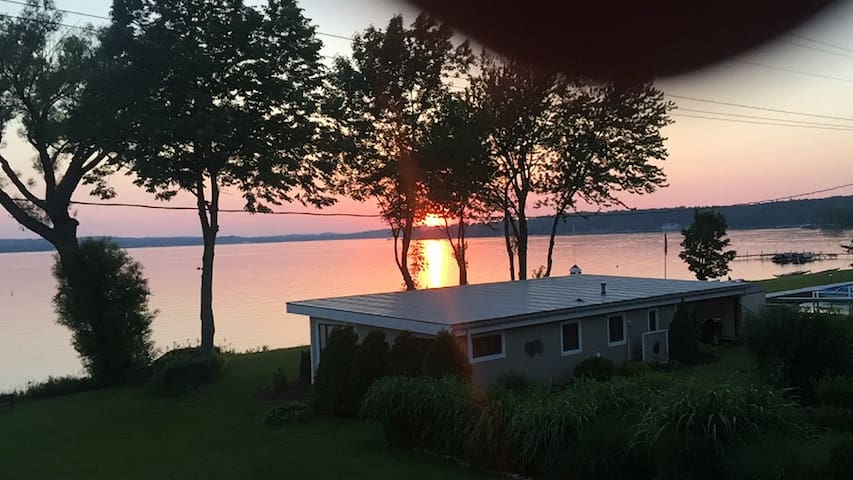 Private 80 ft Lakefront Cottage Stunning Sunsets