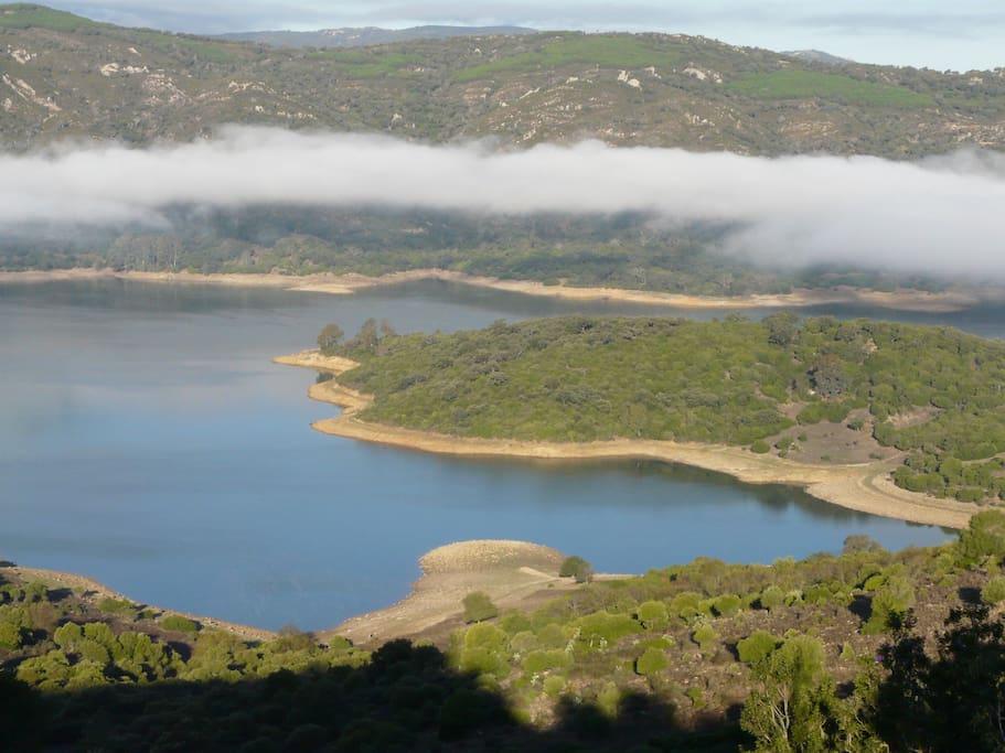 El pantano con posibilidades de nadar en aguas limpias, pescar o ir en kayac