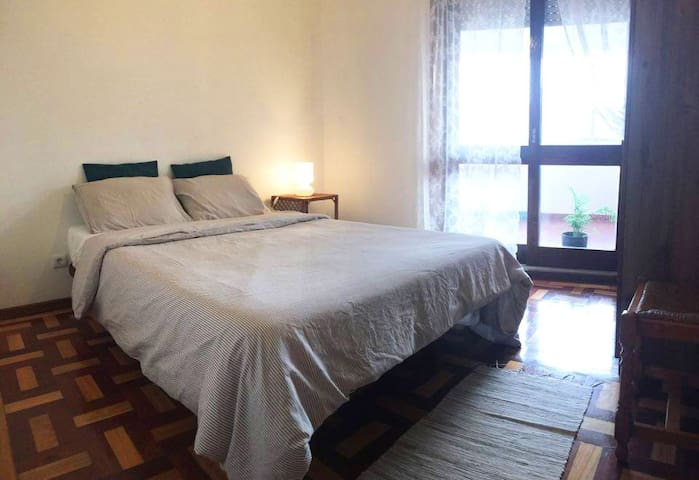 Cozy Bedroom with balcony in Central Location - Porto - Apartment