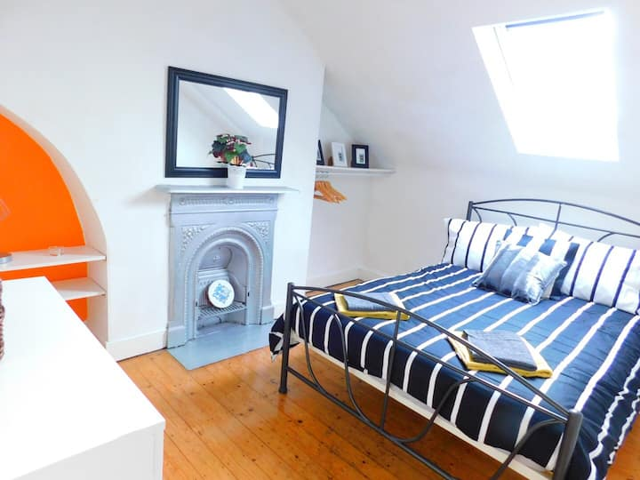 Double Room in Colourful Victorian House