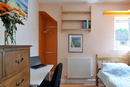 Light and airy single room with TV and free Wi-Fi - Hus