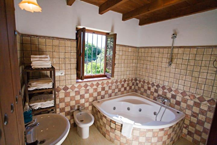 Bañera con hidromasaje dormitorio de matrimonio.