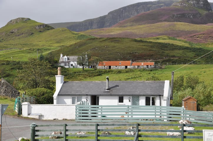 Cosy cottage at foot of Quiraing - Portree - Haus