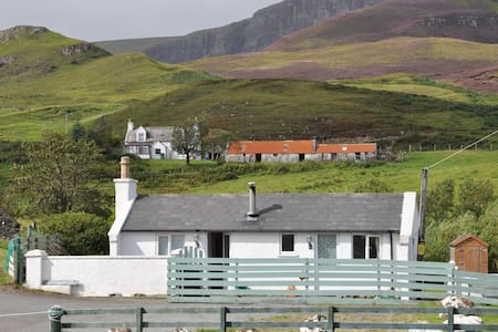 Cosy cottage at foot of Quiraing - Portree - Huis