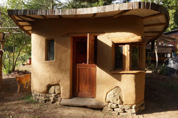 """Huckleberry"", a tiny cob cottage - Gualala - Casa cova"