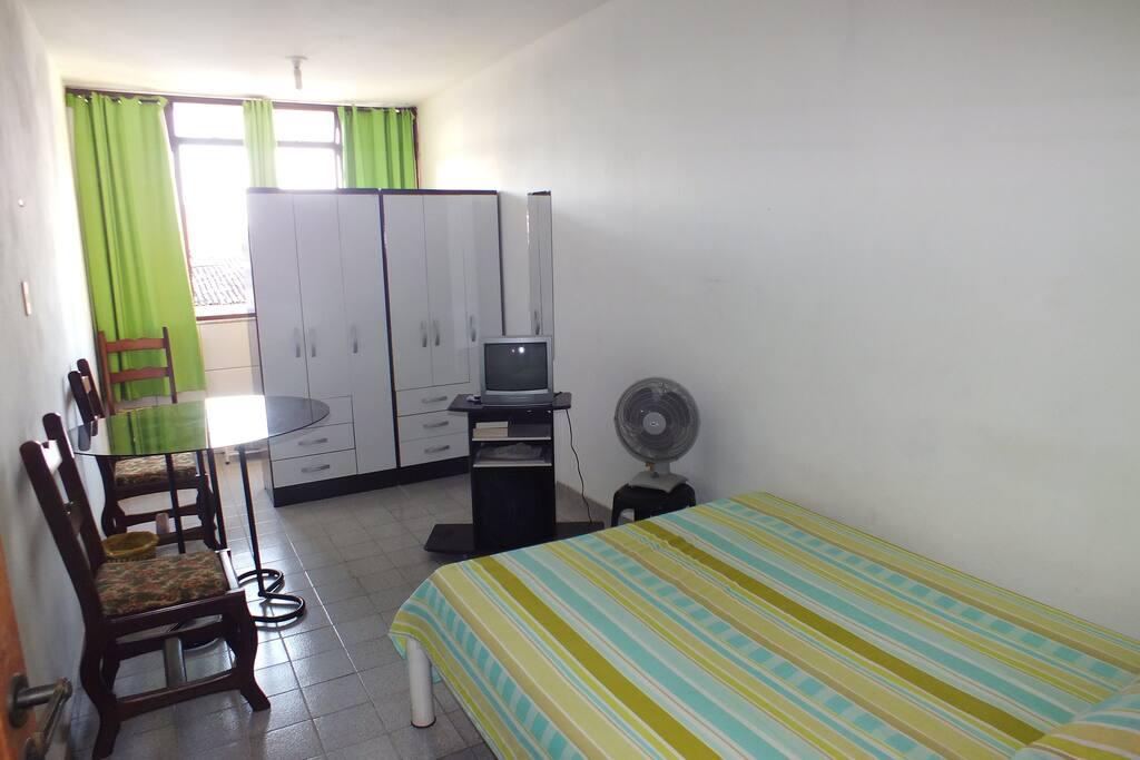 Quarto com cama de casal,tv acabo, frigobar, fica dentro da casa