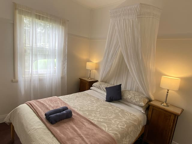 Seacroft Room 16 - Queen bed - AMAZING LOCATION