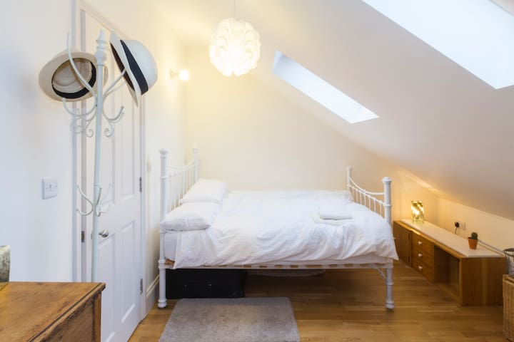 Superhost.  Bright and Spacious Double Bedroom