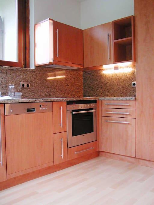 Cucina completa di pentolame e posate e bicchieri Küche