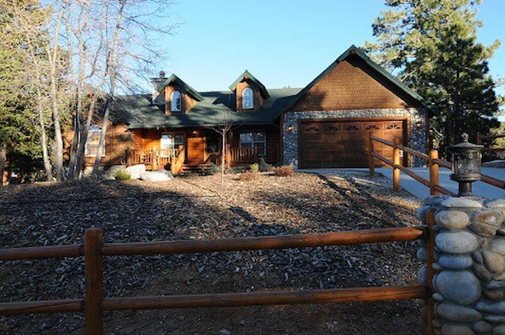 Spacious Lodge in Big Bear! Hot Tub, pool table!