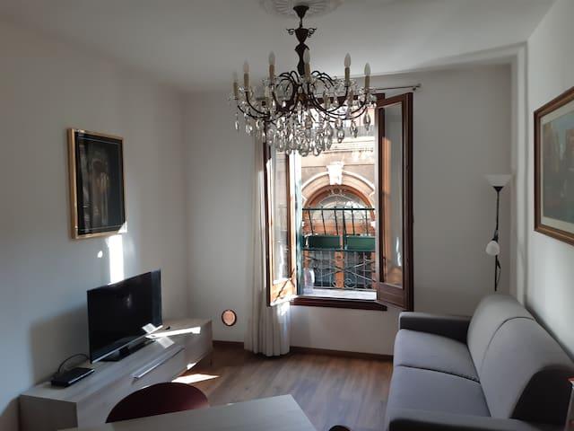 A  Sunny first floor Venetian house with balcony