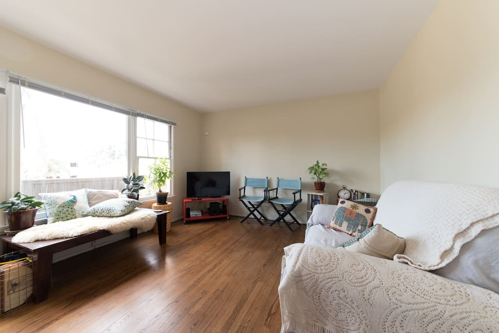 Sunny Riviera Oasis with wi-fi, surround sound system, SmartTV, board games and reading nook with lots of books ...for all your entertainment!