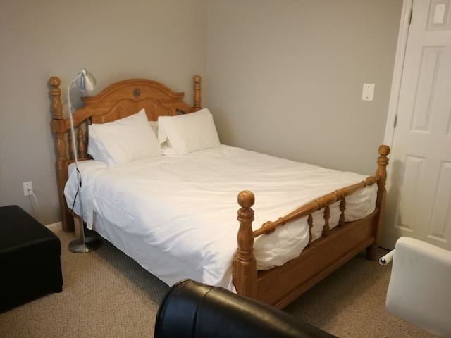 beautiful wood 4 poles queen bed