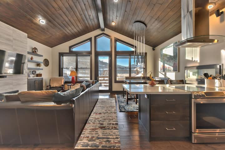 Deer Valley Comstock Lodge 303- Striking Mountain Contemporary Remodel. Hot tub