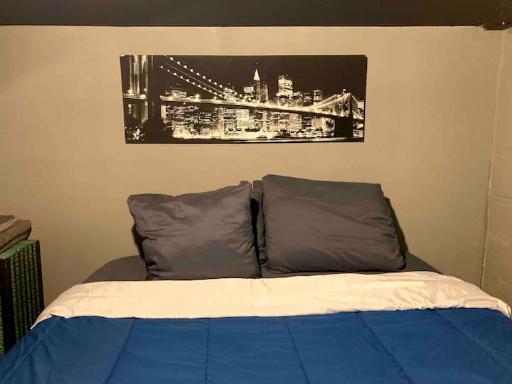 Private Queen Size Budget Room In Basement Pontiac