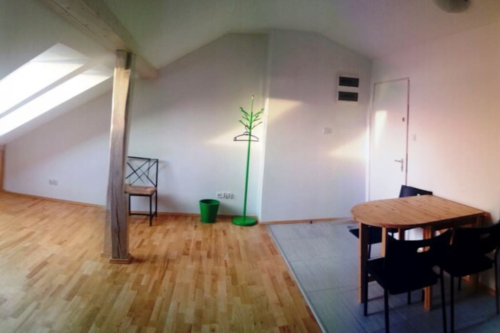Pokój dzienny. Po prawej wejście.  Living room. Entrance to the right.