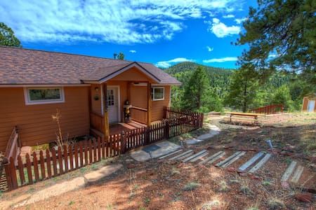 Secluded Mountain Cabin, WiFi, Gorgeous Views!