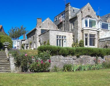 2 Seaview House -Stunning garden with beach access