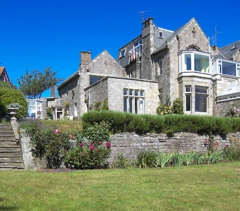 2 Seaview House -Stunning garden with beach access
