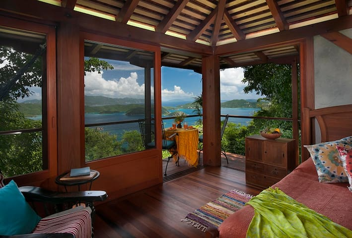 Teahouse Treehouse: St. John Couples Cottage - Coral Bay - Casa de campo